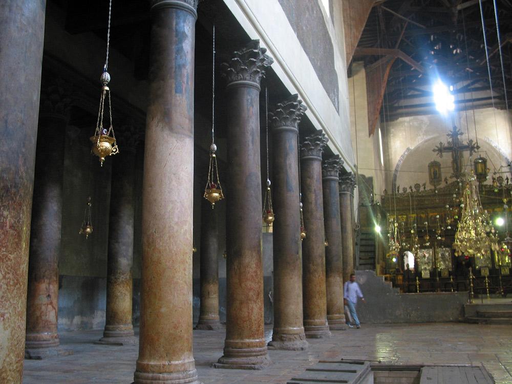 Die binnekant van die Kerk van die Geboorte in Betlehem
