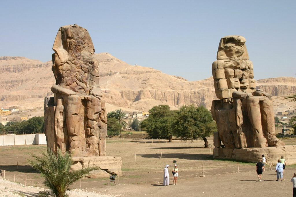 Egipte - sandsteen-beelde van Amenhotep